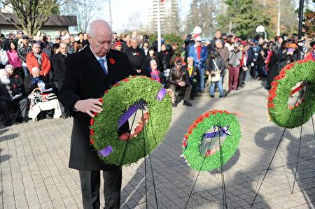 11月11日,本拿比市在南部青年活动中心举行荣军日纪念活动,缅怀为国捐躯的加拿大将士。图为本拿比市长侯迈豪(Mike Hurley)献花环。