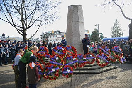 11月11日,本拿比市在南部青年活动中心举行荣军日纪念活动,缅怀为国捐躯的加拿大将士。图为本拿比儿童社团献花环。