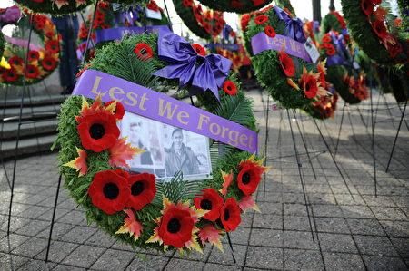 11月11日,本拿比市在南部青年活动中心举行荣军日纪念活动,缅怀为国捐躯的加拿大将士。图为永不忘记花环。