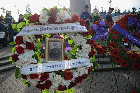 11月11日,本拿比市在南部青年活动中心举行荣军日纪念活动,缅怀为国捐躯的加拿大将士。图为阵亡军人家属的纪念花环。