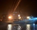 重庆万州公交车(巴士)坠江一案有了最新进展。图为打捞上来的巴士。(STR/AFP/Getty Images)