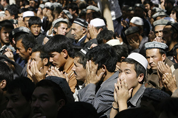 """外媒视频曝光新疆""""再教育营"""" 与监狱无异"""