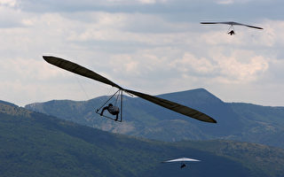 男子玩滑翔翼死里逃生 视频吸引数百万人