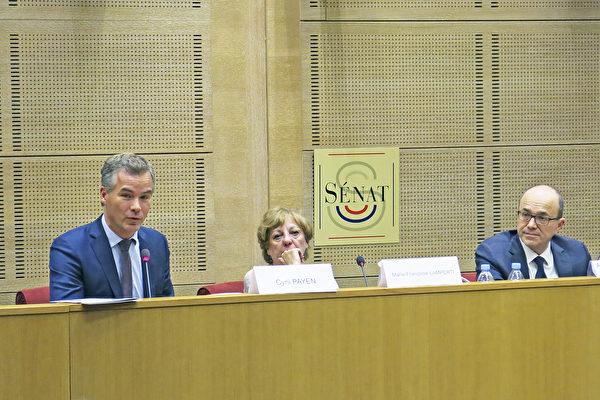 """反强摘器官医生组织(DAFOH)科学顾问、神经科学博士Alexis Genin先生(左)在研讨会上的演讲引发热烈反响。在他右侧的是""""为人权行动""""协会主席Marie-Françoise Lamperti女士(中)和参议员André Gattolin先生(右)。(关宇宁/大纪元)"""