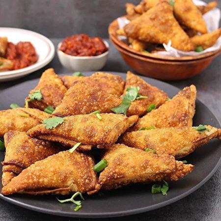 位於溫哥華的新印度自助餐提供的美食炸三角。