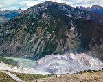 11月7日,川藏交界的金沙二次滑坡形成的江堰塞湖水位依旧上涨,当地乡政府大楼一层已经被淹。目前蓄水量已超过2.8亿立方米,已经紧急转移1.3万人。(大纪元资料室)