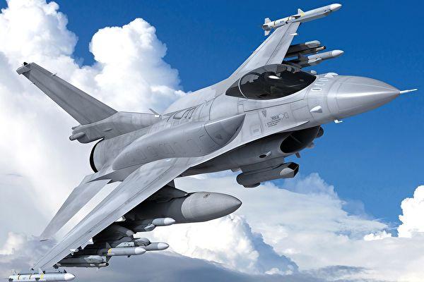 美F-16战机表演中因过于老旧尾翼破裂紧急