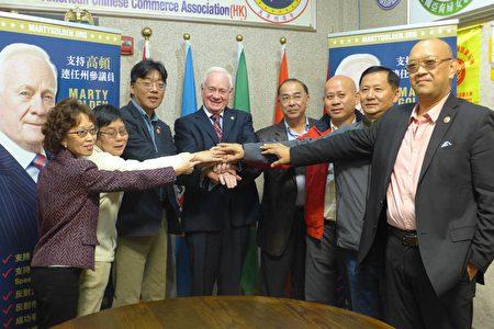 高顿(Marty Golden,左四)4日到布碌崙金皇庭酒家,接受美国香港总商会背书。