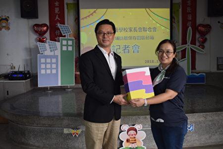 彰化县各级学校家长会联合会理事长冯启峰(左)捐6500包实验砂箱。