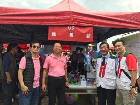 枫香阁郑火龙董事长(左2)园游会设摊发表汽车香薰器,每售出1台捐给家扶100元做公益不落人后。