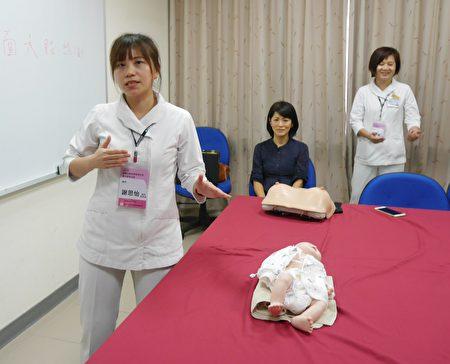 高醫衛教師謝思怡(左)指導餵奶技巧。