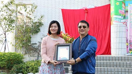 林森國小校長吳淑任(左)致送感謝狀給文化局由文化局副局長葉國樑代表收受。