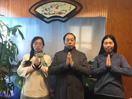 2018年感恩节,法轮功学员向李洪志大师表达感恩。从左到右:王伟娟、刘锡铜、韩雨。