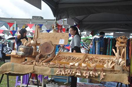 在富里火車站更設有10個攤位,由社區組成的農村市集,包括原住民的手工藝木雕,讓遊客對富里鄉的部落更多認識。