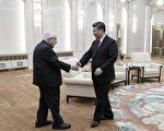 图为11月8日,习近平在北京大会堂接见美国前国务卿基辛格。习请基辛格传话,说只要不干预中国发展道路和核心利益,都好谈。 (Thomas Peter - Pool/Getty Images)