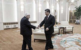 图为11月8日,习近平在北京大会堂接见美国前国务卿基辛格。习请基辛格传话。 (Thomas Peter - Pool/Getty Images)