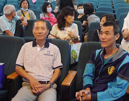 邱先生(左)與吳先生(右)分享抗癌歷程。