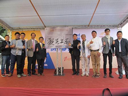 开幕仪式,董事长廖宪平(左五)与来宾合影。