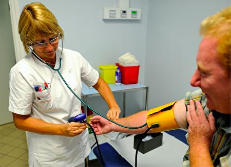 由於身心壓力等各種原因,紐約市公立醫院的新手護士離職率很高,2017年16%的新手護士在工作一年後離職。