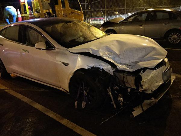 台首例 特斯拉开启自动驾驶出包 撞毁2警车