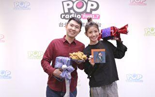 李千那(右)和電台主持人俊菖與電台聽眾在空中開party玩交換禮物。(