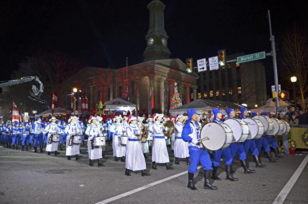 2018年11月30日晚,賓州西切斯特市舉辦年度聖誕遊行。天國樂團作為唯一的華人樂團再次獲邀參加。(童雲/大紀元)
