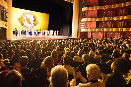 2018年1月17日晚,神韵纽约艺术团在纽约林肯中心大卫寇克剧院的第八场演出,全场售罄加座。