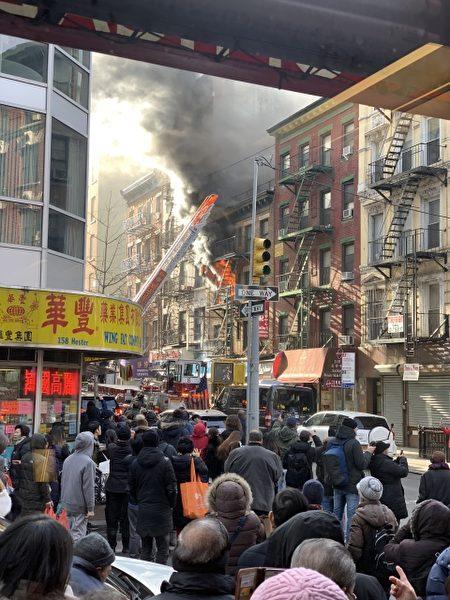 消防局架起雲梯滅火。