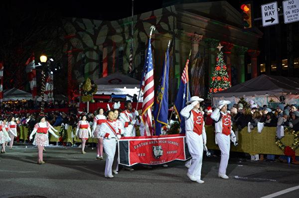 2018年11月30日晚,賓州西切斯特市舉辦年度聖誕遊行,是《今日美國》評選的全美「能看到聖誕老人」的最佳10大聖誕活動之一。(譚奇/大紀元)