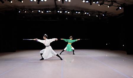 飞天大学中城分校近日在曼哈顿举办了冬季舞蹈音乐演出,图为中国古典舞表演。