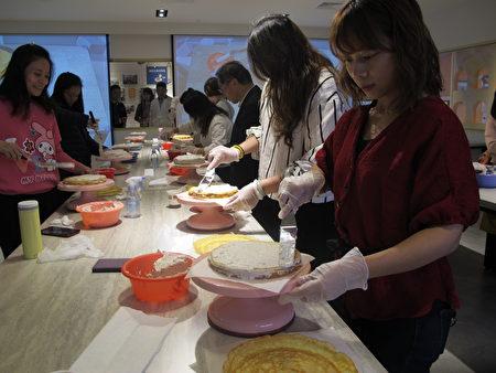 民众现场体验千层蛋糕DIY。