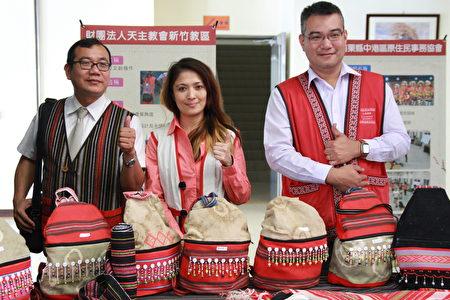 賽夏族文創背包與作品,深獲來賓讚賞。