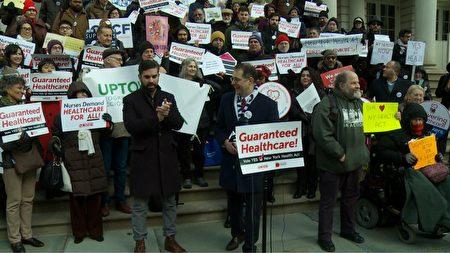 """12月6日各组织聚集到市政厅在市议会讨论""""单一付款人医保""""制度前表达支持。"""