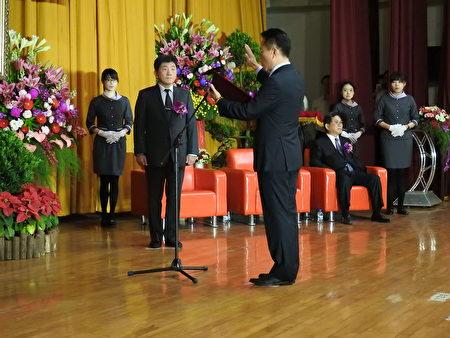 嘉义县第18届县长翁章梁(宣誓者),12月25日上午在卫生福利部长陈时中(左2)监誓下宣誓就职。