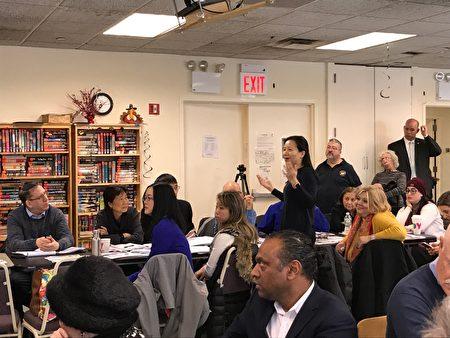參加圓桌會議的森林小丘居民在發言。