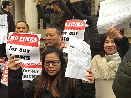 布碌崙八大道商家拿着罚单在现场抗议楼宇局。