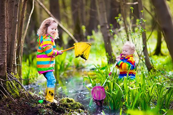 孩子参加户外自由玩耍裨益多