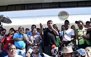 大篷车组织领导者Irineo Mujica(发言者)10月22日在墨西哥恰帕斯州向媒体发表讲话。(Johan Ordonez/AFP/Getty Images)