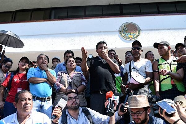 大篷車組織領導者Irineo Mujica(發言者)10月22日在墨西哥恰帕斯州向媒體發表講話。(Johan Ordonez/AFP/Getty Images)