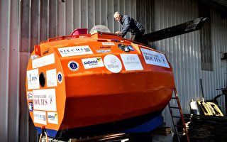 "今年71岁的萨凡和他的""巨型木桶""船。(Georges Gobet/AFP/Getty Images)"