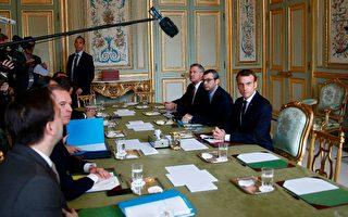 法国总统马克龙(右一)2日与高级官员在总统府艾里赛宫召开会议。(Stephane Mahe/AFP/Getty Images)