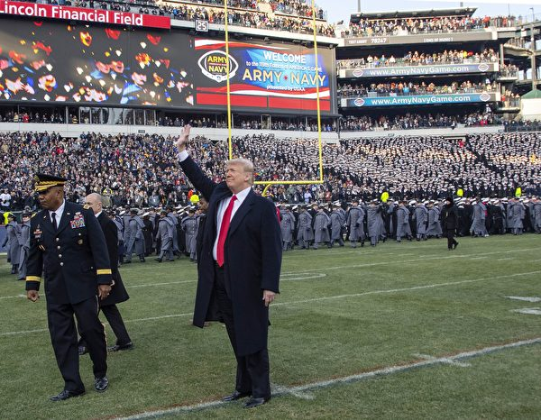 US President Donald Trump attends the annual Army-Navy football game at Lincoln Financial Field in Philadelphia, Pennsylvania, December 8, 2018. - Trump will officiate the coin toss at Lincoln Financial Field in Philadelphia between the Army Black Knights of the US Military Academy (USMA) and the Navy Midshipmen of the US Naval Academy (USNA). (Photo by Jim WATSON / AFP)        (Photo credit should read JIM WATSON/AFP/Getty Images)
