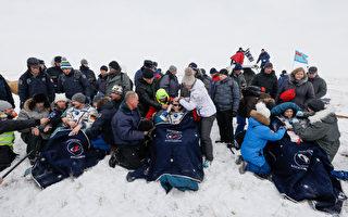 三名太空人20日安全返抵地球,降落在俄国哈萨克的雪地上。(Shamil Zhumatov/AFP/Getty Images)