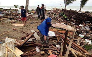 苏门答腊岛与爪哇岛间巽他海峡附近的海滩22日晚间造到海啸巨浪袭击,损失惨重。(Semi/AFP/Getty Images)