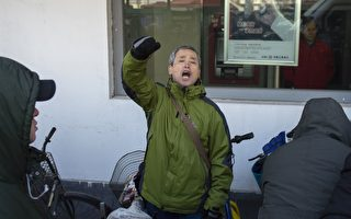 黑龍江維權人士楊春林在法院門口高喊聲援王全璋。( NICOLAS ASFOURI/AFP/Getty Images)
