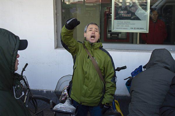 黑龙江维权人士杨春林在法院门口高喊声援王全璋。( NICOLAS ASFOURI/AFP/Getty Images)