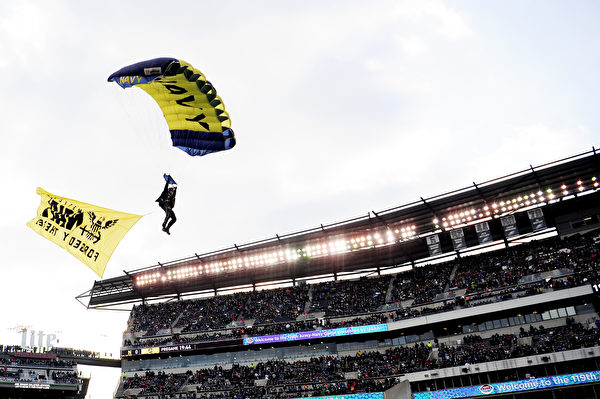 PHILADELPHIA, PENNSYLVANIA - DECEMBER 08: A U.S. Navy parachute jumper glides toward the field before the start of the game between Army Black Knights and Navy Midshipmen at Lincoln Financial Field on December 08, 2018 in Philadelphia, Pennsylvania. (Photo by Sarah Stier/Getty Images)