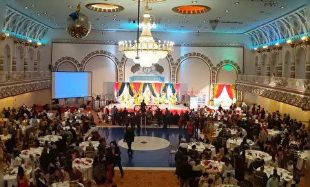 法轮功学员组成的腰鼓队参加社区活动在舞台上表演,庆祝圣诞。