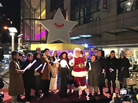 法拉盛飞越皇后广场举行第11届圣诞艺术装置点灯仪式,今年的主题是天降外星。