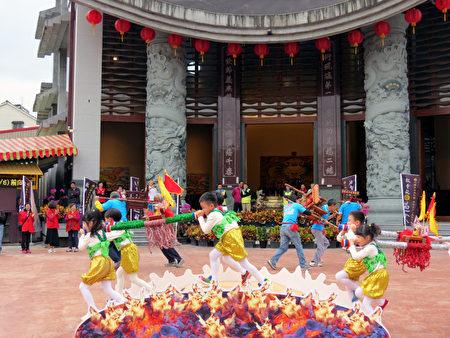 五结乡立幼儿园小朋友表演过火舞蹈。